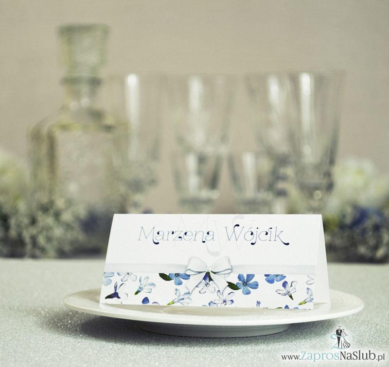 WIN-110 Kwiatowe winietki ślubne - składane na pół. Niebieskie i białe kwiaty z malowaną, poziomą wstążką - zaproszenia na ślub zaproszenie ślubne
