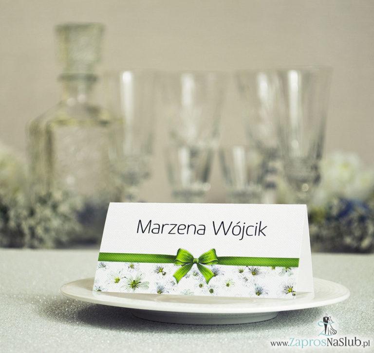 ZaprosNaSlub - Zaproszenia ślubne, personalizowane, boho, rustykalne, kwiatowe księga gości, zawieszki na alkohol, winietki, koperty, plany stołów - Kwiatowe winietki ślubne – składane na pół. Białe drobne kwiaty z malowaną, poziomą wstążką