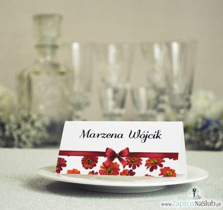 ZaprosNaSlub - Zaproszenia ślubne, personalizowane, boho, rustykalne, kwiatowe księga gości, zawieszki na alkohol, winietki, koperty, plany stołów - Kwiatowe winietki ślubne – składane na pół. Kwiaty gerbera z malowaną, poziomą wstążką