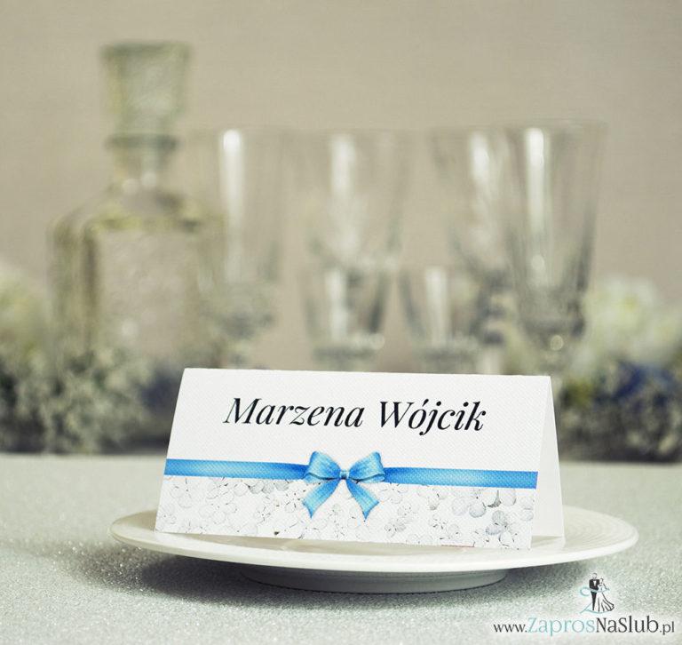 Kwiatowe winietki ślubne – składane na pół. Białe kwiaty kaliny z malowaną, poziomą wstążką - ZaprosNaSlub