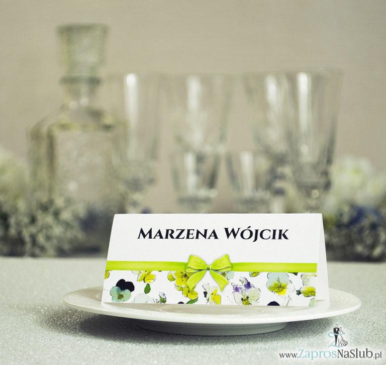 ZaprosNaSlub - Zaproszenia ślubne, personalizowane, boho, rustykalne, kwiatowe księga gości, zawieszki na alkohol, winietki, koperty, plany stołów - Kwiatowe winietki ślubne – składane na pół. Kwiaty bratki z malowaną, poziomą wstążką
