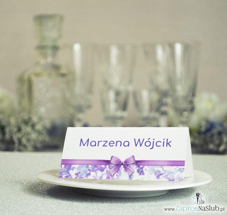 ZaprosNaSlub - Zaproszenia ślubne, personalizowane, boho, rustykalne, kwiatowe księga gości, zawieszki na alkohol, winietki, koperty, plany stołów - Kwiatowe winietki ślubne – składane na pół. Kwiaty bzu z malowaną, poziomą wstążką