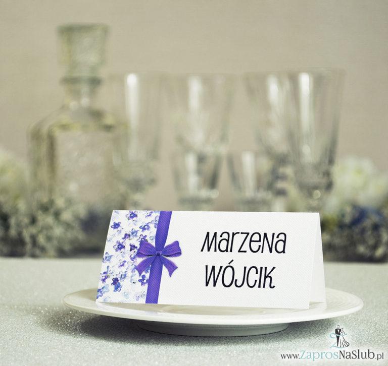 Kwiatowe winietki ślubne – składane na pół winietki. Fioletowe kwiaty dzwonki z malowaną, pionową wstążką - ZaprosNaSlub