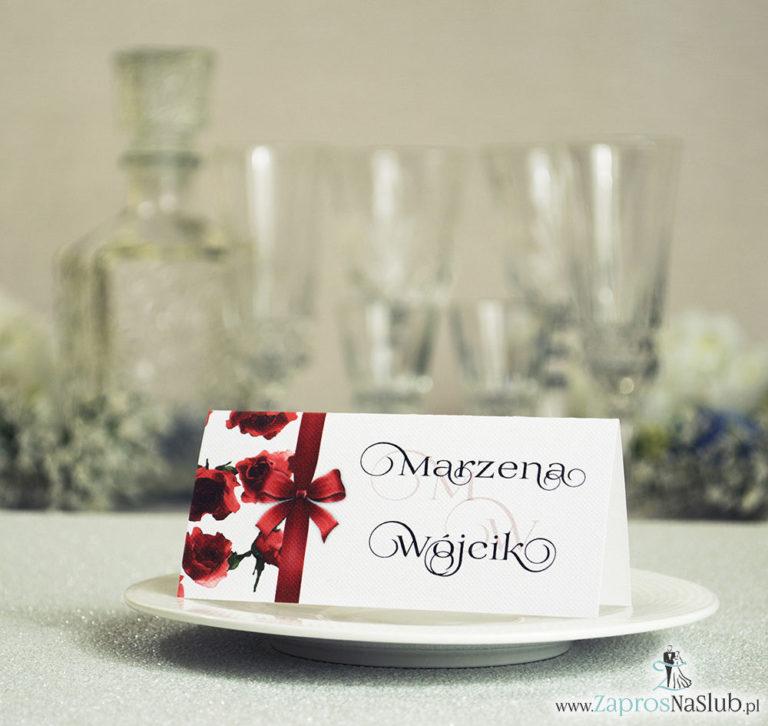 ZaprosNaSlub - Zaproszenia ślubne, personalizowane, boho, rustykalne, kwiatowe księga gości, zawieszki na alkohol, winietki, koperty, plany stołów - Kwiatowe winietki ślubne – składane na pół winietki. Czerwone róże z malowaną, pionową wstążką