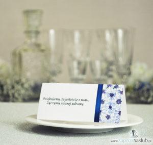 Kwiatowe winietki ślubne - składane na pół winietki.  Niebieskie chabry z malowaną, pionową wstążką