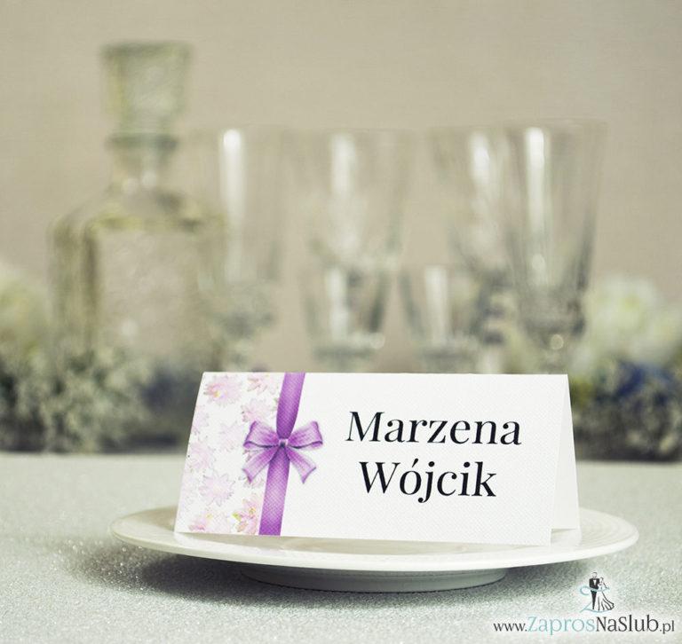 ZaprosNaSlub - Zaproszenia ślubne, personalizowane, boho, rustykalne, kwiatowe księga gości, zawieszki na alkohol, winietki, koperty, plany stołów - Kwiatowe winietki ślubne – składane na pół winietki. Różowe kwiaty z malowaną, pionową wstążką
