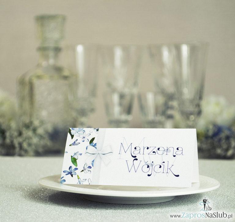Kwiatowe winietki ślubne – składane na pół winietki. Niebieskie i białe kwiaty z malowaną, pionową wstążką - ZaprosNaSlub
