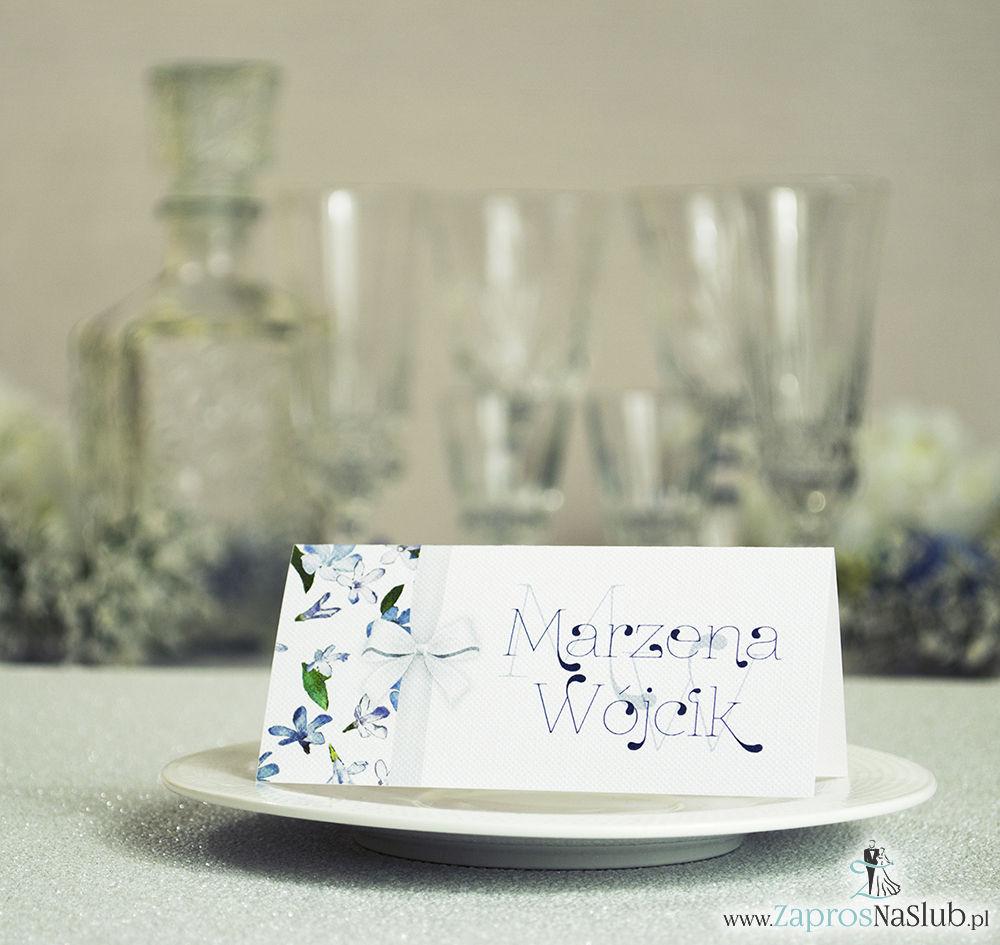 Kwiatowe winietki ślubne - składane na pół winietki. Niebieskie i białe kwiaty z malowaną, pionową wstążką