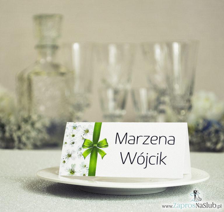Kwiatowe winietki ślubne – składane na pół winietki. Białe drobne kwiaty z malowaną, pionową wstążką - ZaprosNaSlub