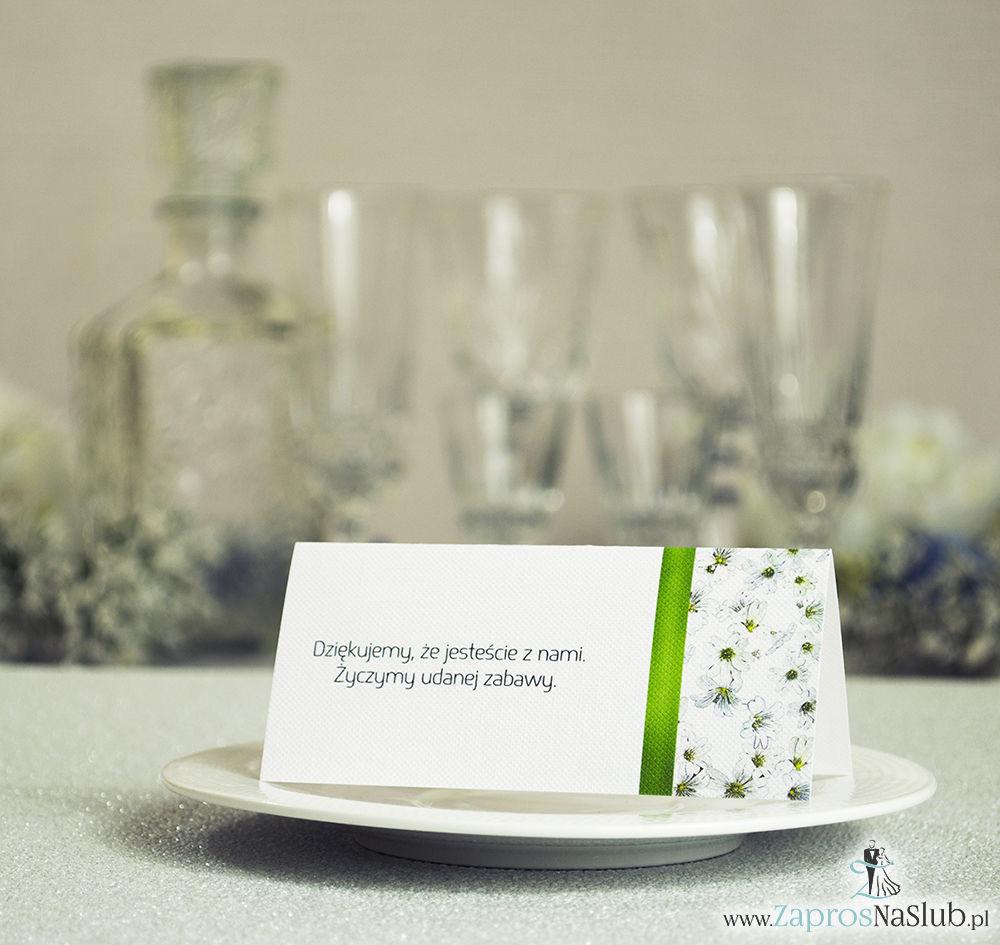Kwiatowe winietki ślubne - składane na pół winietki. Białe drobne kwiaty z malowaną, pionową wstążką