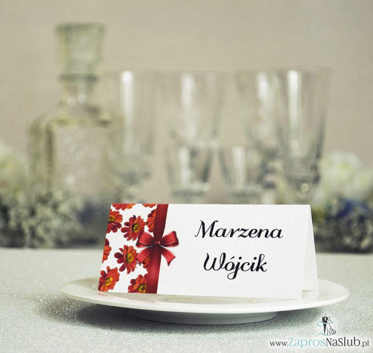 ZaprosNaSlub - Zaproszenia ślubne, personalizowane, boho, rustykalne, kwiatowe księga gości, zawieszki na alkohol, winietki, koperty, plany stołów - Kwiatowe winietki ślubne – składane na pół winietki. Kwiaty gerbera z malowaną, pionową wstążką