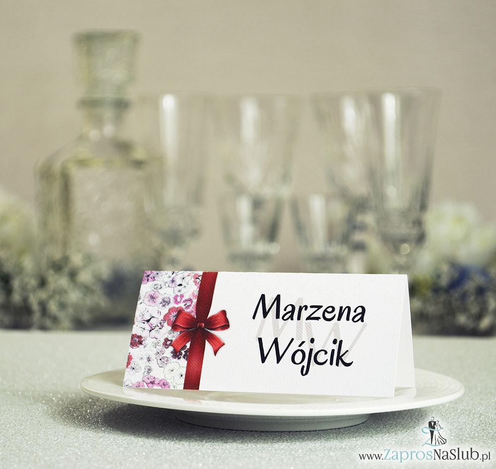 Kwiatowe winietki ślubne - składane na pół winietki. Czerwone, różowe goździki z malowaną, pionową wstążką