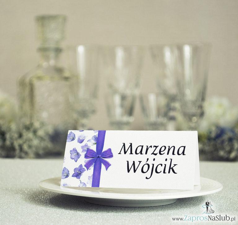 Kwiatowe winietki ślubne – składane na pół winietki. Fioletowe kwiaty polne z malowaną, pionową wstążką - ZaprosNaSlub