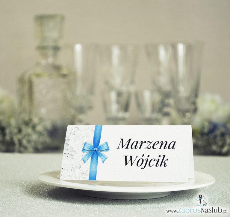 Kwiatowe winietki ślubne – składane na pół winietki. Białe kwiaty kaliny z malowaną, pionową wstążką - ZaprosNaSlub