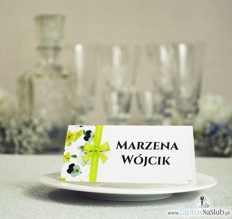 ZaprosNaSlub - Zaproszenia ślubne, personalizowane, boho, rustykalne, kwiatowe księga gości, zawieszki na alkohol, winietki, koperty, plany stołów - Kwiatowe winietki ślubne – składane na pół winietki. Kwiaty bratki z malowaną, pionową wstążką