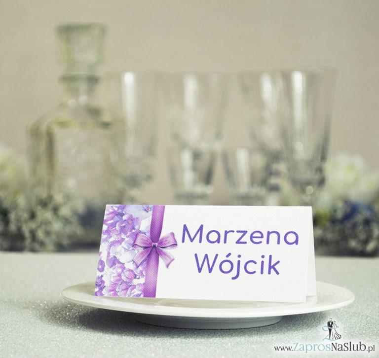 ZaprosNaSlub - Zaproszenia ślubne, personalizowane, boho, rustykalne, kwiatowe księga gości, zawieszki na alkohol, winietki, koperty, plany stołów - Kwiatowe winietki ślubne – składane na pół winietki z fioletowymi kwiatami bzu oraz malowaną, pionową wstążką