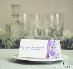 WIN-221 Kwiatowe winietki ślubne - składane na pół winietki z fioletowymi kwiatami bzu oraz malowaną, pionową wstążką - zaproszenia na ślub zaproszenie ślubne rew