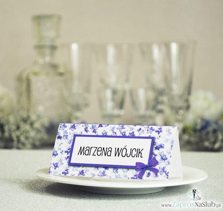 Kwiatowe winietki ślubne – składane na pół winietki z fioletowymi kwiatami dzwonków, prostokątem oraz malowaną kokardką - ZaprosNaSlub