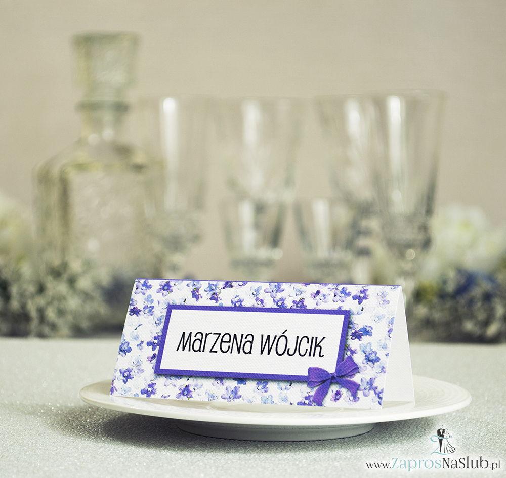 WIN-302 Kwiatowe winietki ślubne - składane na pół winietki z fioletowymi kwiatami dzwonków, prostokątem oraz malowaną kokardką - Zaproszenia ślubne - na ślub