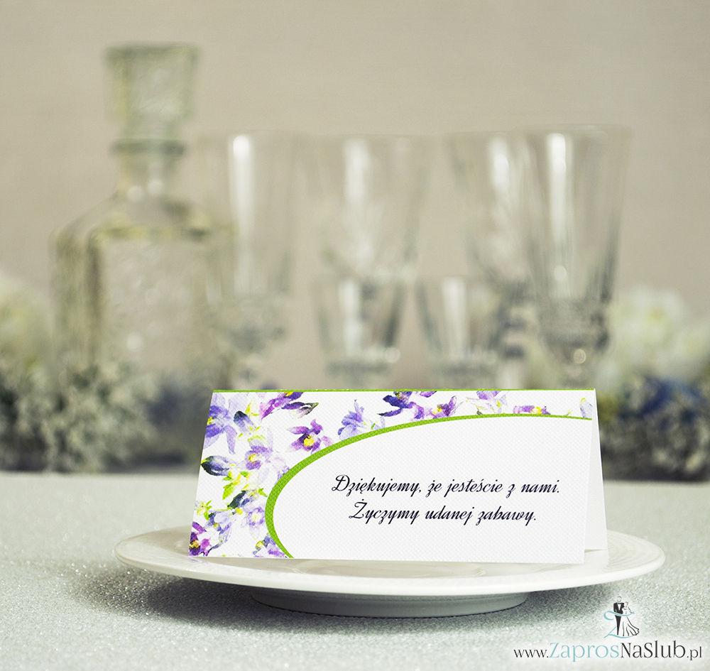 WIN-304 Kwiatowe winietki ślubne. Składane na pół winietki z fioletowo zielonymi kwiatami, prostokątem oraz malowaną kokardką będą doskonałym uzupełnieniem do zaproszeń ślubnych r