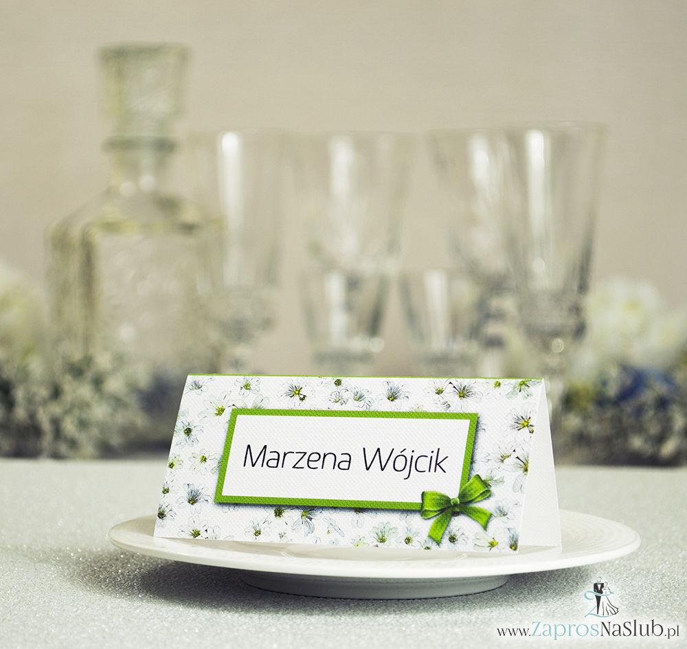 Kwiatowe winietki ślubne - składane na pół winietki z białymi drobnymi kwiatami, prostokątem oraz malowaną kokardką