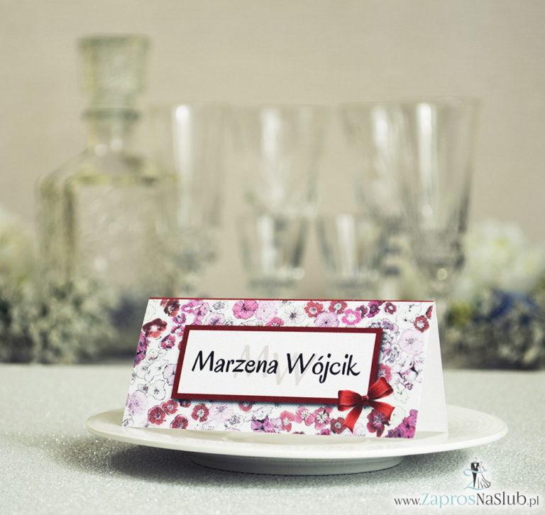 Kwiatowe winietki ślubne – składane na pół winietki z kwiatami goździków, prostokątem oraz malowaną kokardką - ZaprosNaSlub