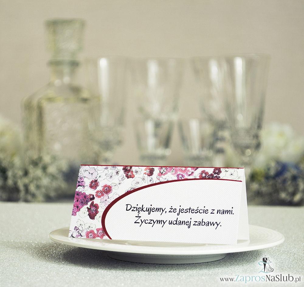 Kwiatowe winietki ślubne - składane na pół winietki z kwiatami goździków, prostokątem oraz malowaną kokardką