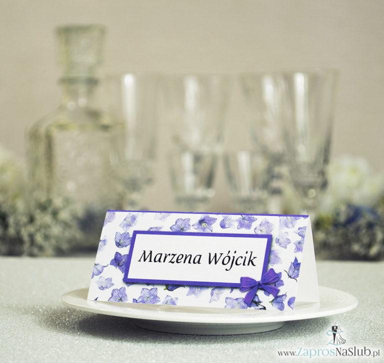 Kwiatowe winietki ślubne – składane na pół winietki z fioletowymi kwiatami polnymi, prostokątem oraz malowaną kokardką - ZaprosNaSlub