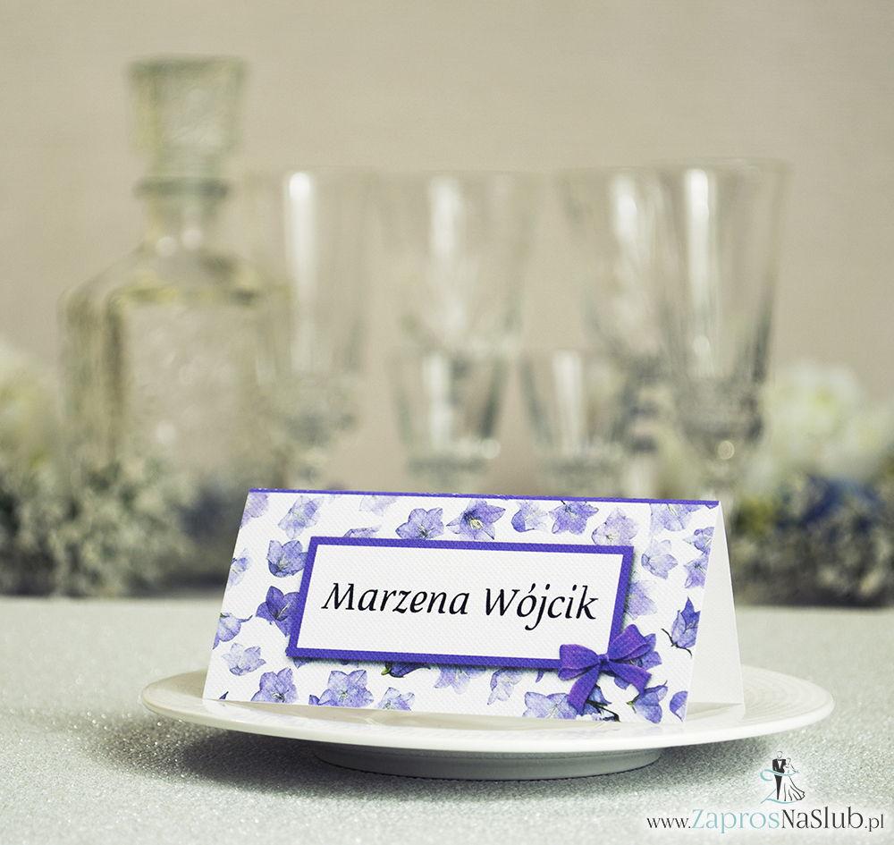 Kwiatowe winietki ślubne - składane na pół winietki z fioletowymi kwiatami polnymi, prostokątem oraz malowaną kokardką