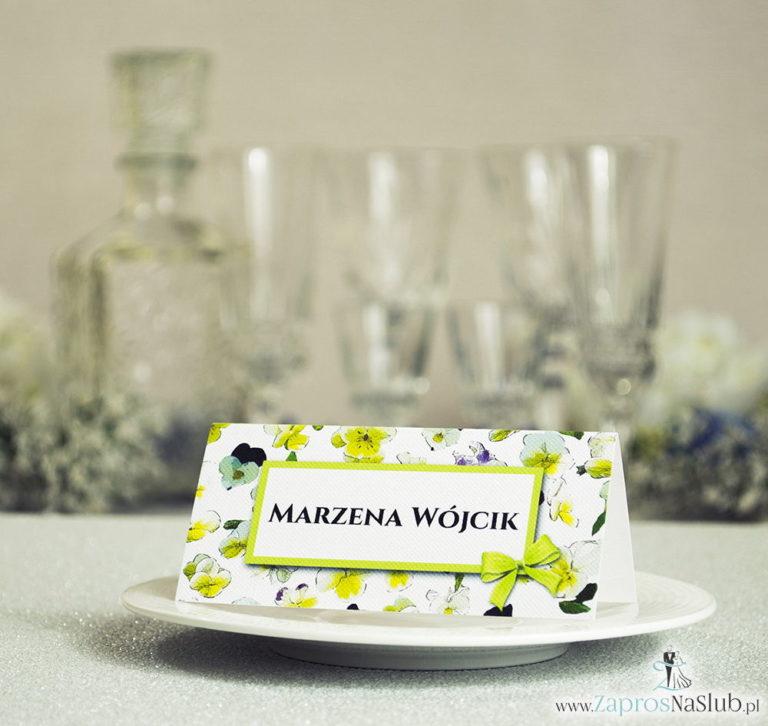 ZaprosNaSlub - Zaproszenia ślubne, personalizowane, boho, rustykalne, kwiatowe księga gości, zawieszki na alkohol, winietki, koperty, plany stołów - Kwiatowe winietki ślubne – składane na pół winietki z kwiatami bratków, prostokątem oraz malowaną kokardką