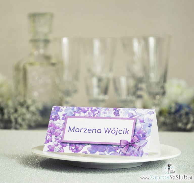 Kwiatowe winietki ślubne – składane na pół winietki z kwiatami bzu, prostokątem oraz malowaną kokardką - ZaprosNaSlub