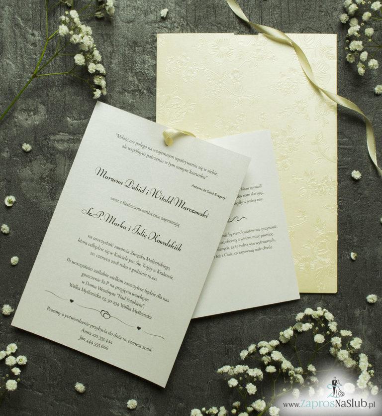 Zaproszenia ślubne w kopercie z motywem kremowych, wytłaczanych kwiatów. ZAP-62-66 - ZaprosNaSlub
