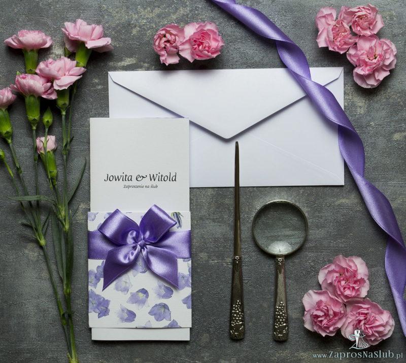 ZAP-90-02-Niebanalne-kwiatowe-zaproszenia-ślubne.-Fioletowe-kwiaty-dzwonków-jasnofioletowa-wstążka-i-wnętrze-wkładane-w-okładkę.-Kolekcja-Flora-Zaproszenia-ślubne-zaprosnaslub.pl_