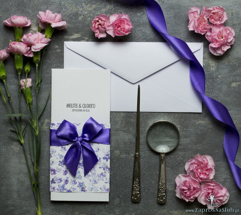 ZAP-90-17-Niebanalne-kwiatowe-zaproszenia-ślubne.-Fioletowe-kwiaty-polne-ciemnofioletowa-wstążka-i-wnętrze-wkładane-w-okładkę.-Kolekcja-Flora-Zaproszenia-ślubne-zaprosnaslub.