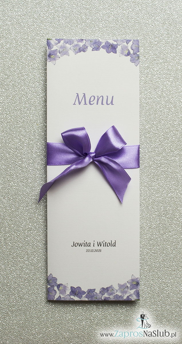 Kwiatowe menu weselne - składane na pół menu z kwiatami dzwonków oraz fioletową wstążką