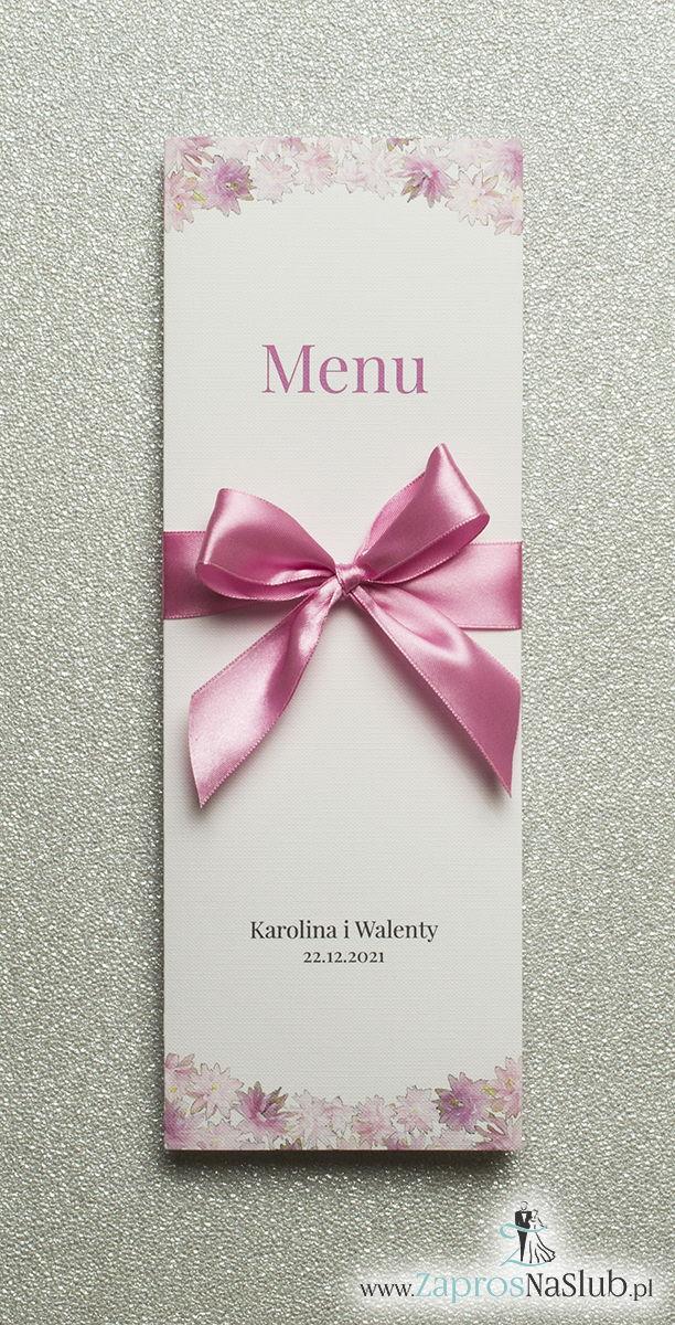Kwiatowe menu weselne – składane na pół menu z motywem różowych kwiatów oraz różową wstążką - ZaprosNaSlub