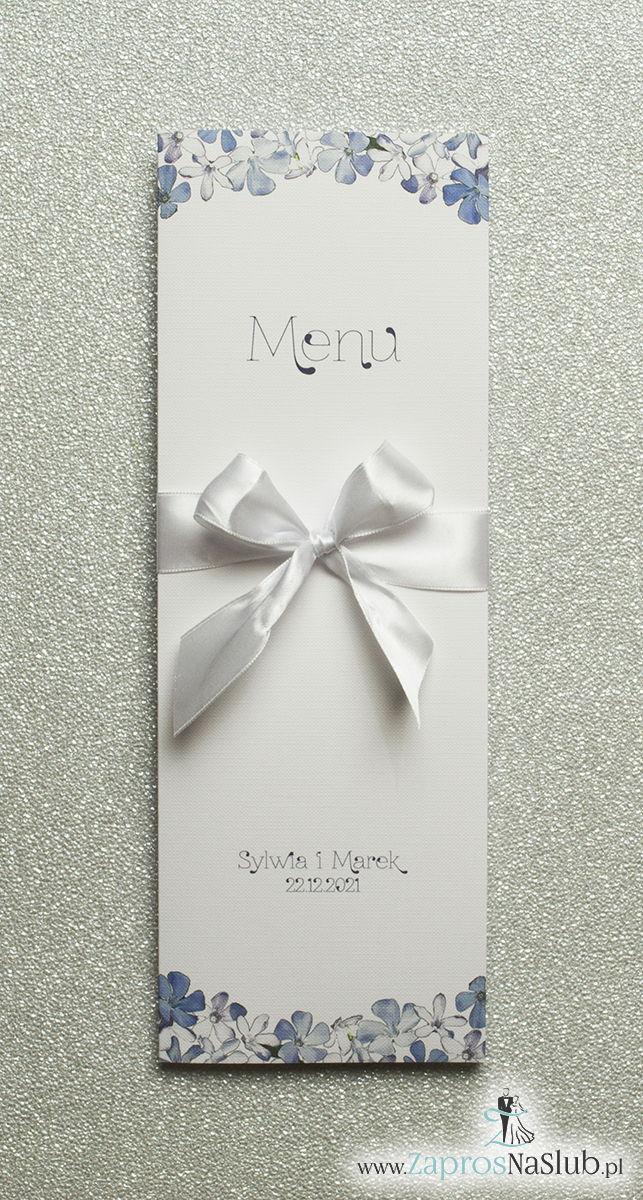 Kwiatowe menu weselne – składane na pół menu z niebiesko-białymi kwiatami oraz białą wstążką - ZaprosNaSlub