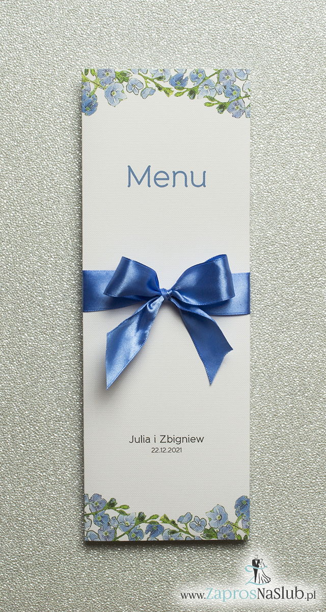 Kwiatowe menu weselne – składane na pół menu z niebiesko-zielonymi kwiatami oraz niebieską wstążką - ZaprosNaSlub