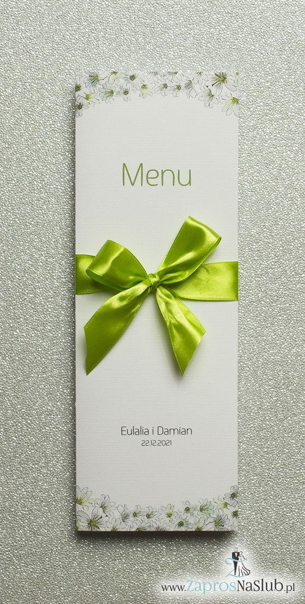 Kwiatowe menu weselne – składane na pół menu z drobnymi, białymi kwiatami oraz zieloną wstążką - ZaprosNaSlub