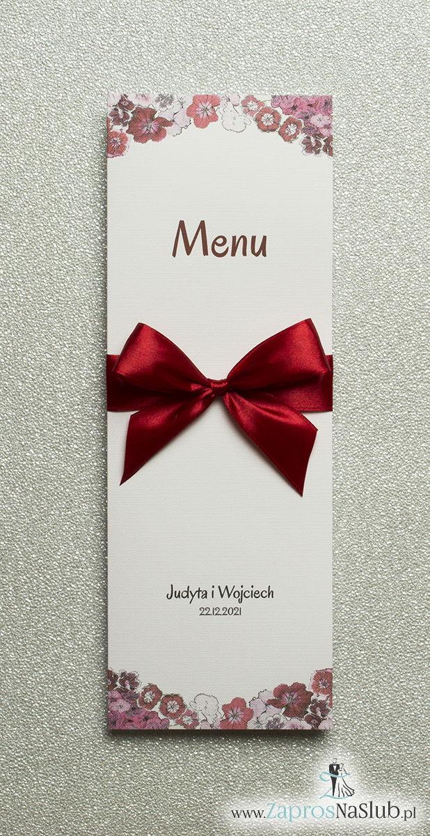 Kwiatowe menu weselne – składane na pół menu z kwiatami goździków oraz ciemnoczerwoną wstążką - ZaprosNaSlub