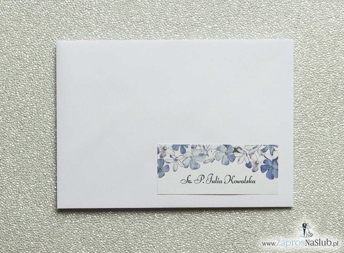 Kwiatowe naklejki na koperty - personalizacja kopert naklejką z biało-niebieskimi kwiatami