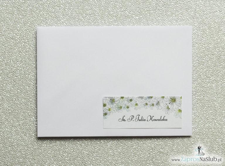 Kwiatowe naklejki na koperty – personalizacja kopert naklejką z drobnymi, białymi kwiatami - ZaprosNaSlub