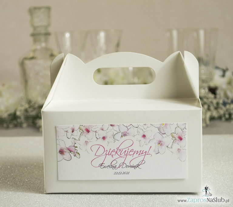 Kwiatowe pudełka na ciasta – podziękowania dla gości w formie pudełek na ciasto z motywem różowo-białych kwiatów - ZaprosNaSlub