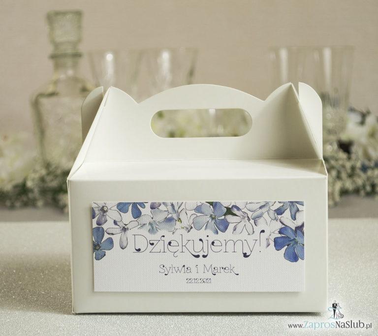 Kwiatowe pudełka na ciasta – podziękowania dla gości w formie pudełek na ciasto z motywem niebiesko-białych kwiatów - ZaprosNaSlub