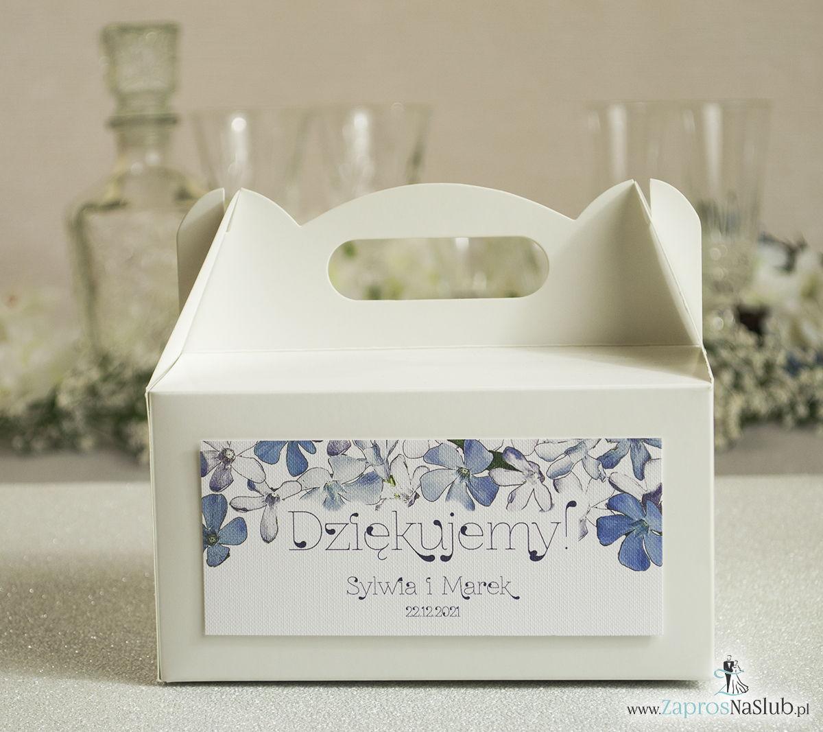 Kwiatowe pudełka na ciasta - podziękowania dla gości w formie pudełek na ciasto z motywem niebiesko-białych kwiatów