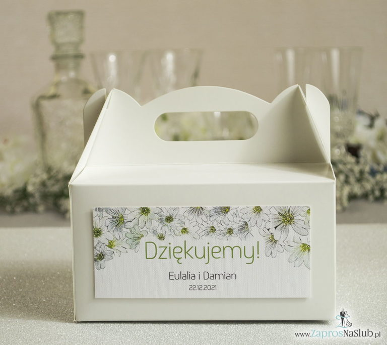 Kwiatowe pudełka na ciasta – podziękowania dla gości w formie pudełek na ciasto z motywem drobnych, białych kwiatów - ZaprosNaSlub