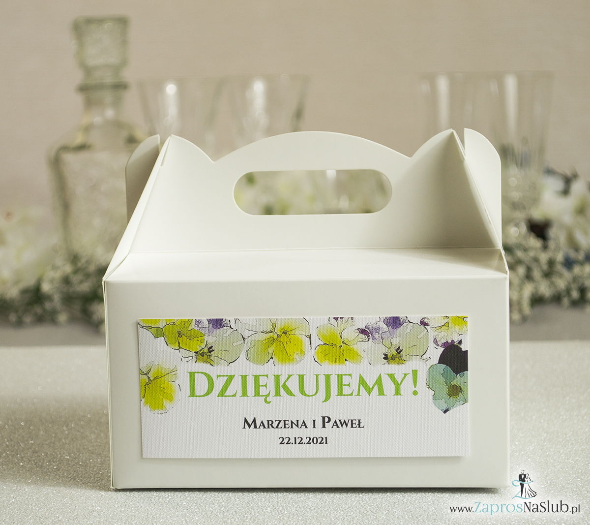Kwiatowe pudełka na ciasta - podziękowania dla gości w formie pudełek na ciasto z motywem kwiatów bratków
