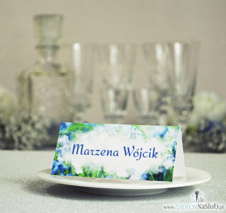 Wiosenne winietki ślubne z elektryzująco niebieskimi kwiatami cebulicy syberyjskiej