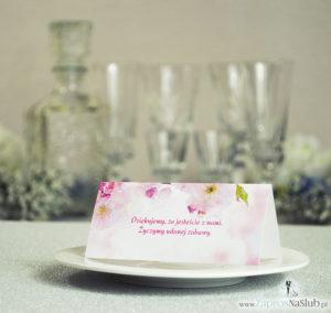 Wiosenne winietki ślubne z różowymi kwiatami brzoskwini na tle jasnego nieba