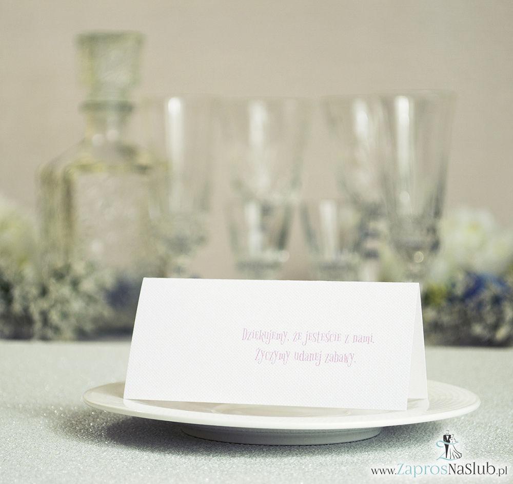 Eleganckie winietki ślubne z biało-różowymi dekoracyjnymi paskami i cyrkonią